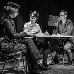 Szene aus Mein Einsatzleiter - drei Menschen sitzen am Tisch und reden.